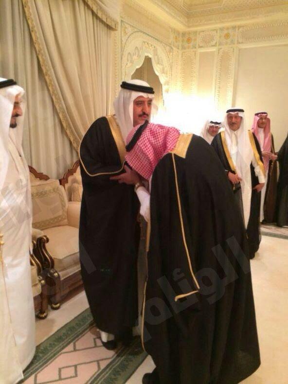 الأمير مقرن يقبل يد الأمير أحمد