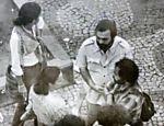Foto no Arquivo Nacional que faz parte de lote de imagens tiradas por araponga durante a ditadura militar; na foto, os atores Antonio Pedro (de camisa clara) e Osmar Prado (camisa xadrez) fotografados pelo SNI durante a ditadura militar Leia mais