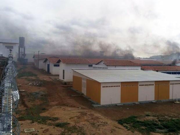Detentos atearam fogo dentro do Pereirão, em Caicó (Foto: Sidney Silva/G1)