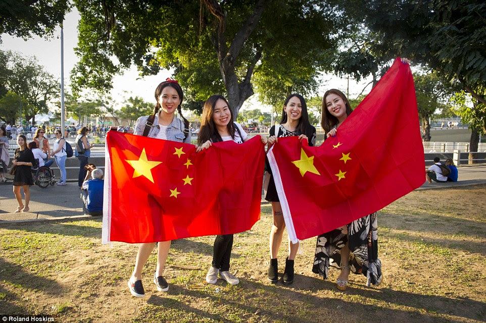 """fãs de natação da China disse como eles esperavam para ver o seu pin-up Ningzetao nacional.  Nicole, 25, a partir de Suzhou, disse: """"Eu estou tão animado de estar aqui é um sonho tornado realidade.""""  Shoushou, 22, a partir de Shenzen, acrescentou: """"Estamos todos aqui para o nadador Ningzetao! '"""