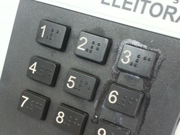Eleitor põe cola em tecla 3 e estraga urna eletrônica em Formosa-GO