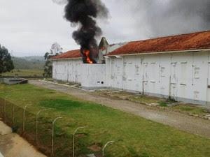 Presos fazem rebelião na manhã desta quinta (26) (Foto: Érika Sousa/Vanguarda Repórter)