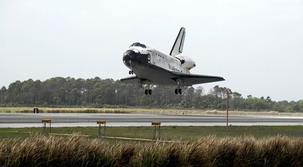 After completing mission STS-119, space shuttle DISCOVERY lands at Kennedy Space Center in Florida on March 28, 2009.