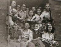 Sopravvissuti alla Shoah arrivati in Palestina con un treno da Istanbul nell'autunno del 1944. Ad Istanbul, raggiungibile via nave attraverso il Mar Nero, era possibile ricevere i documenti e continuare il viaggio via treno.