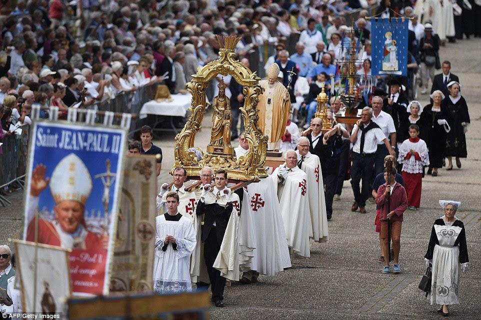 Em Sainte-Anne-d'Auray, Brittany, bispos e católicos locais marcharam pela cidade como parte das celebrações Grande Pardon