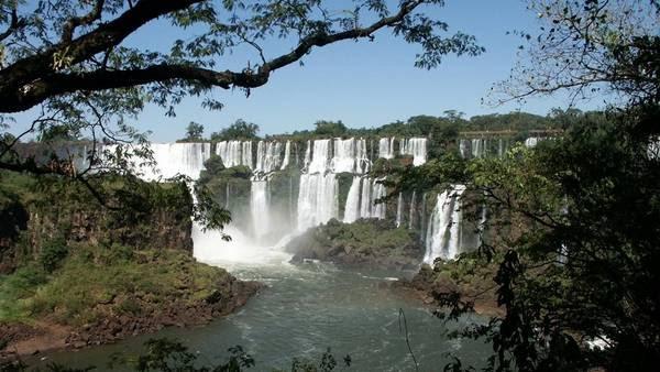 Las Cataratas del Iguazú. El sitio se encuentra amenazado por el funcionamiento de represas -existentes y planificadas- y por la deforestación.