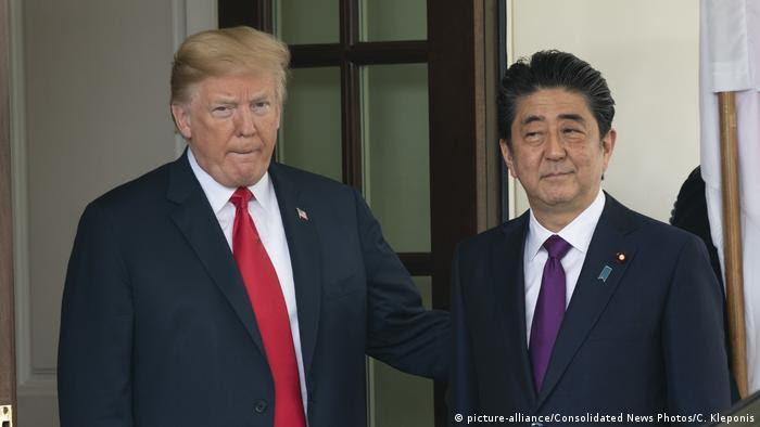 USA Treffen Präsident Trump und Shinzo Abe (picture-alliance/Consolidated News Photos/C. Kleponis)