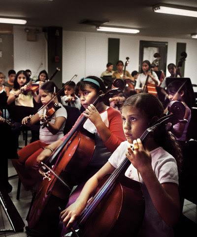 Un grupo de niños desfavorecidos aprende música en Caracas