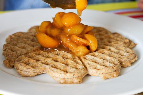 Skrädmölsvafflor | Waffeln aus geröstetem Hafermehl mit Mirabellen-Kompott | waffles and mirabelles