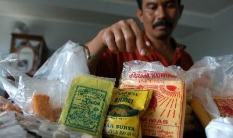 Petugas memperlihatkan bahan makanan berbahaya berupa boraks dan pewarna tekstil untuk makanan.