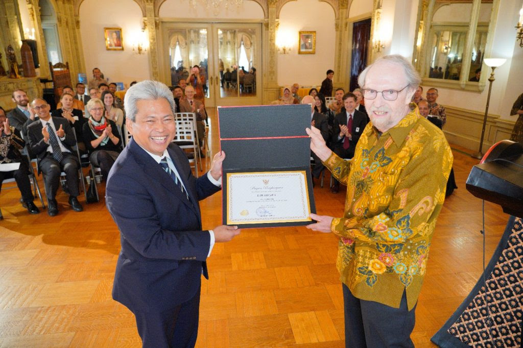 Prof. R. William Liddle Receives Culture Award Certificate from the Government of Indonesia