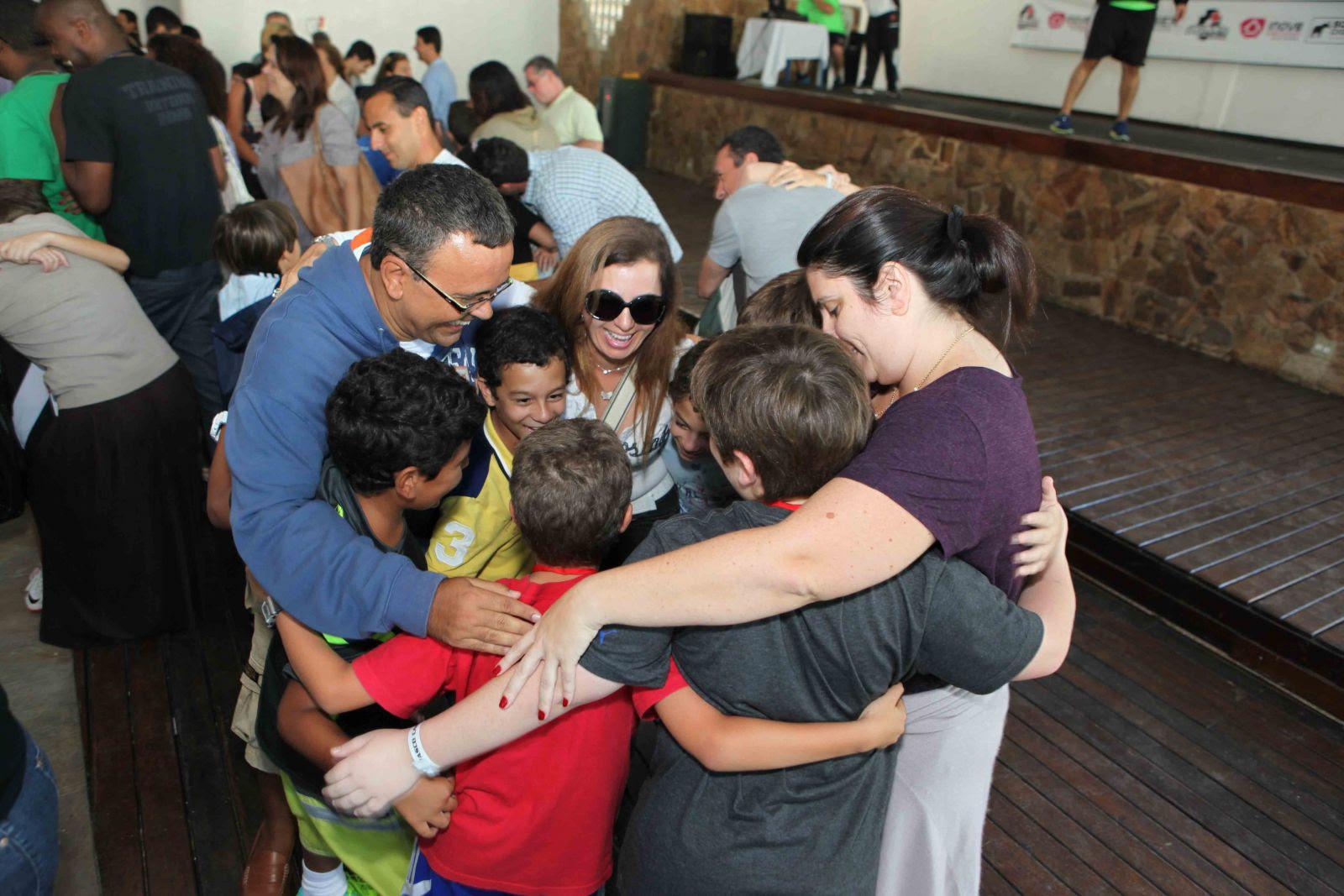 Resultado de imagem para abraço de familia