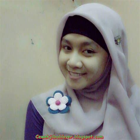 foto sekretaris muda cantik memakai hijab jilbab kantor