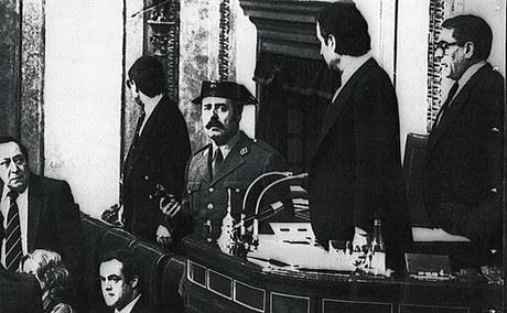El teniente coronel AntonioTejero, pistola en mano, en la tribuna del Congreso durante la intentona del 23 de febrero de 1981.