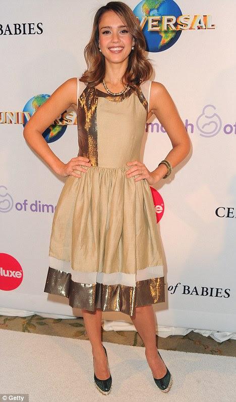 Almoço especial: Fantastic Four estrela Jessica Alba vestiu um número de ouro para a Celebração do Almoço bebês em Beverly Hills hoje