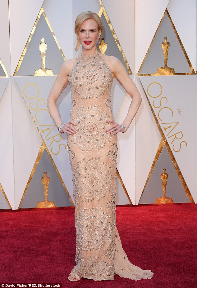 Um momento de pânico: A atriz de 49 anos revelou que sofreu um mau funcionamento do guarda-roupa no caminho para os prêmios, quando a correia quebrou em seu vestido