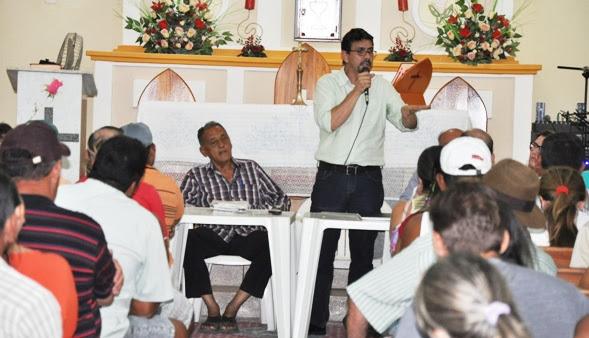 Mairton em diálogo com os moradores - Foto: Marcos Dantas