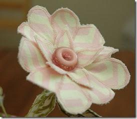 Flor costurada com botão rosado