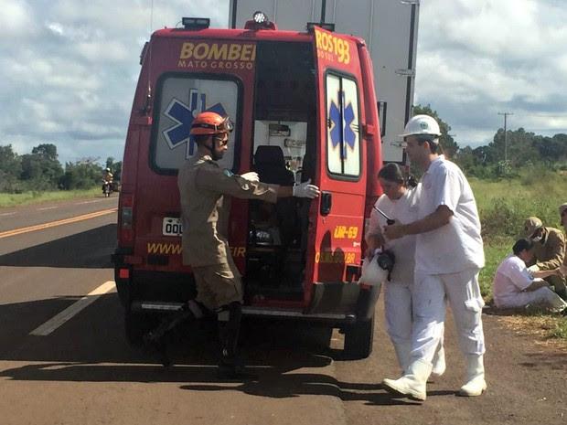 Funcionários da JBS são socorridos na beira da rodovia BR-060 (Foto: Dyego Queiroz / G1 MS)