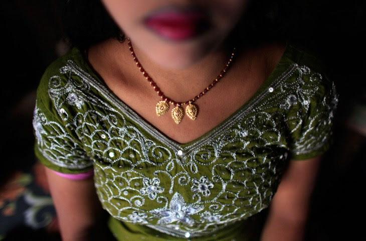 Δεκαεξάχρονη πόρνη περιμένει για πελάτη μέσα στο μικρό δωμάτιο του οίκου ανοχής στο Μπαγκλαντές. Κερδίζει περίπου 4-5 δολάρια την ημέρα, και εξυπηρετεί καθημερινά περίπου 15-20 πελάτες.