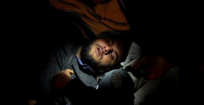 Un refugiado recibe tratamiento después de inhalar gases lacrimógenos durante el ataque de grupos de ultraderecha contra una protesta de refugiados en Lesbos, el pasado domingo 22 de abril.- REUTERS