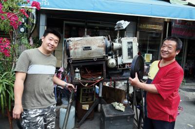 即使露天電影已日漸式微,高祥晴(右)與高璞元(左)兩人仍堅持守護這屬於台灣人的共同回憶。 (林格立攝)
