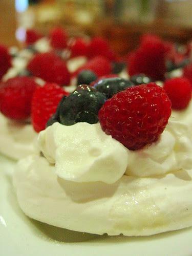 Meringue Cups with Fruit (1)