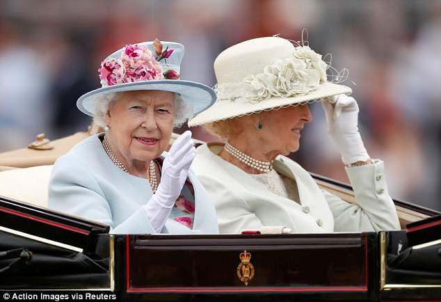 Sua Majestade acenou para as multidões quando ela parou no anel do desfile com sua prima Princesa Alexandra