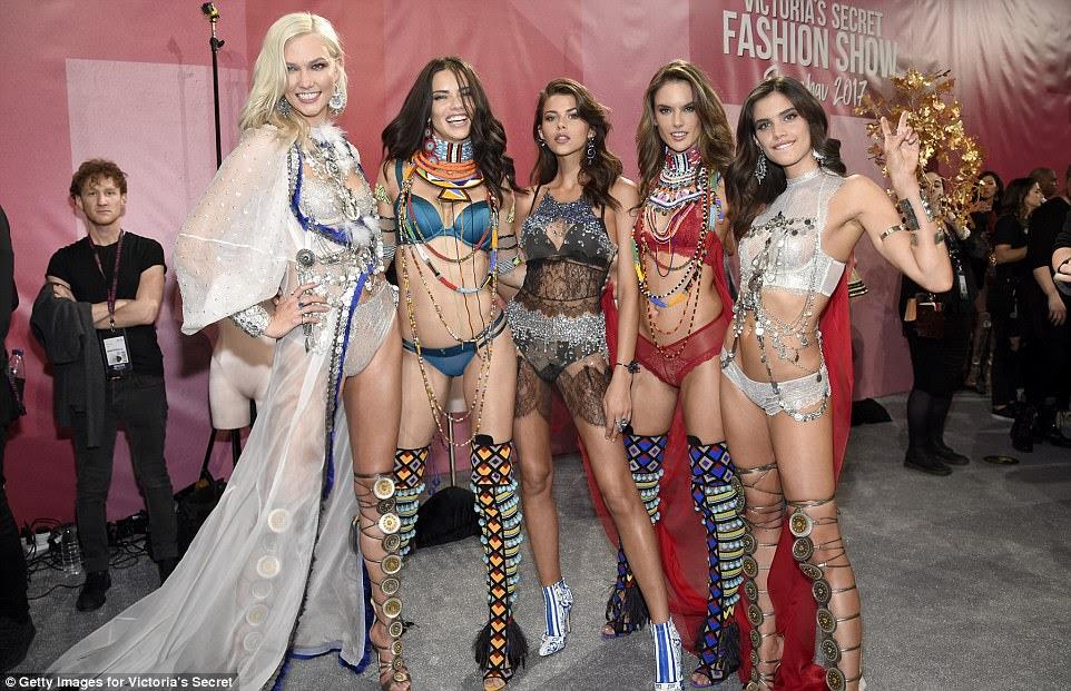 Trabalhe: modelo Karlie Kloss juntou Adriana, Georgia Fowler, Alessandra Ambrosio e Sara Sampaio colocam nos bastidores durante 2017 Victoria's Secret Fashion Show