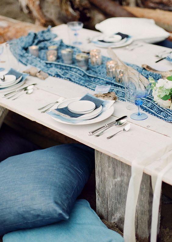 die Küsten-tablescape ist akzentuiert mit einem gedruckten indigo Läufer und Servietten, indigo