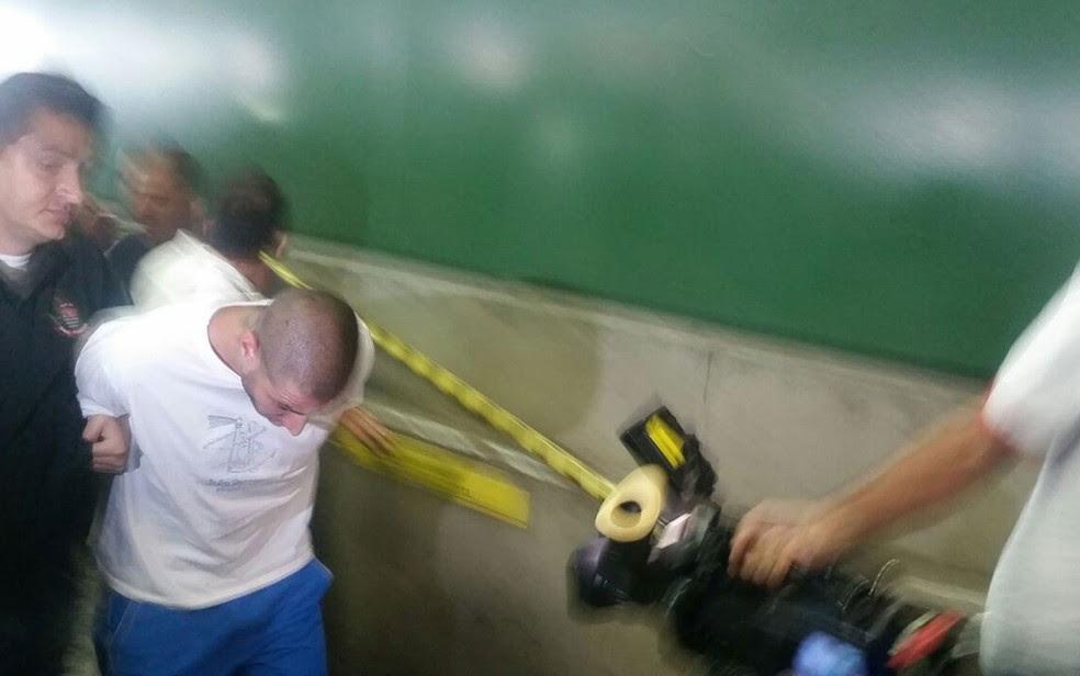 Alípio Rogério dos Santos, segundo suspeito de matar o ambulante, chega à delecia do Metrô (Foto: Tatiana Santiago)