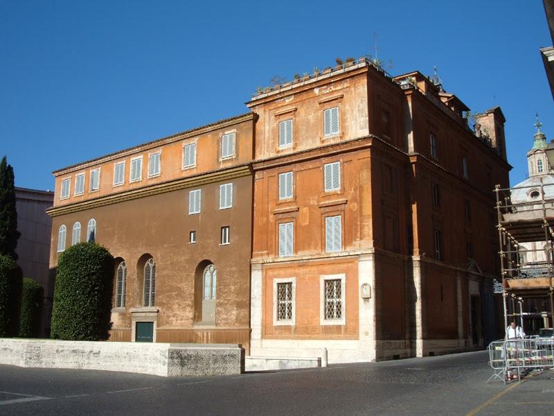 File:Borgo (CdV) - Edificio con SM in Camposanto teutonico.JPG