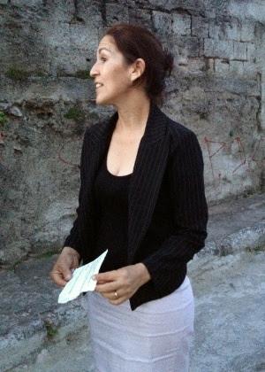 Sônia de Fátima Moura, mãe de Eliza Samudio, segura envelope de carta que, segundo ela, indicaria o local onde está o corpo da filha