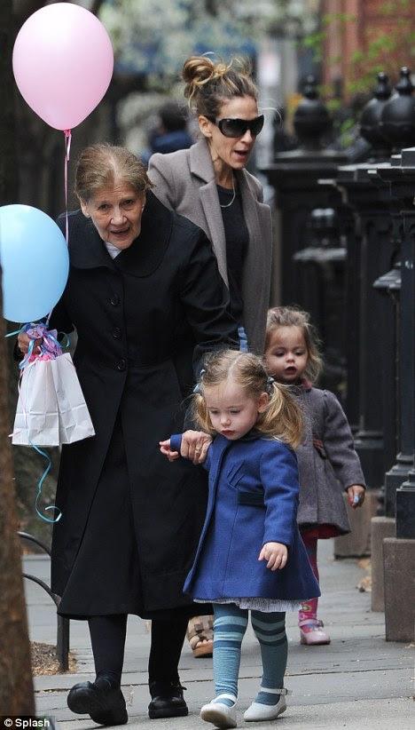 Mutlu yıllar SJP!  Sarah Jessica Parker bir kutlama bash bugünden sonra annesi ve kızları sindirmeye onu New York eve geri dönüyor fark edildi