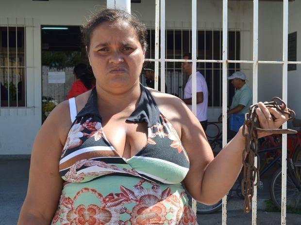 Desempregada e com 5 filhos, Íris  teve o benefício bloqueado há 5 meses (Foto: Marina Fontenele/G1)