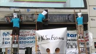 Treballadors subcontractats de Telefónica protesten davant la seu del Mobile World Centre