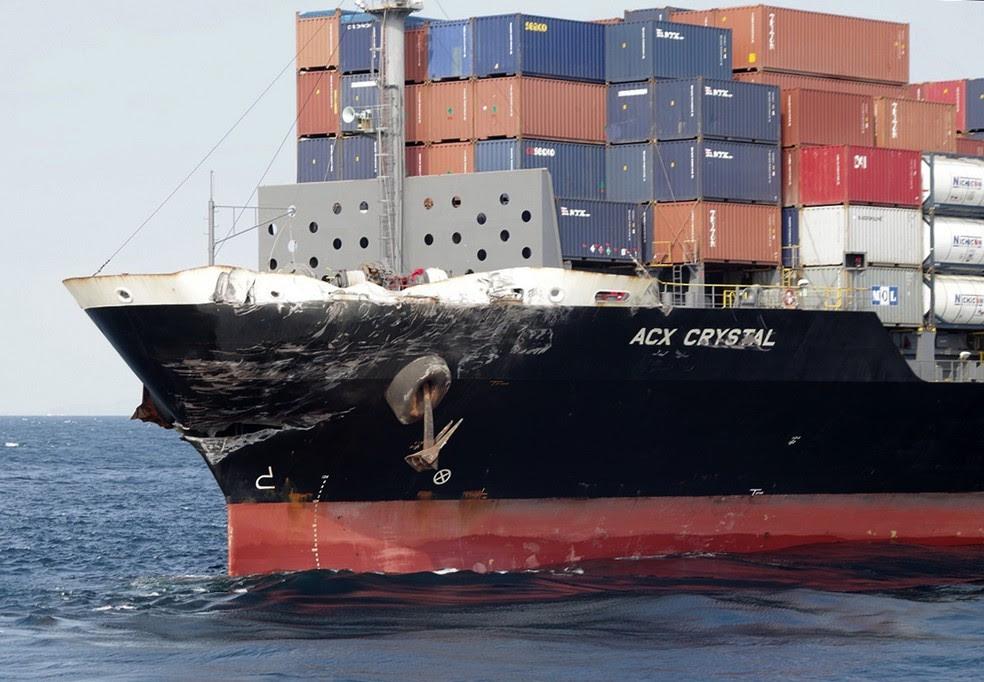 Dano no navio mercante com bandeira das Filipinas que se chocou com o destróier USS Fitzgerald na costa do Japão (Foto: Japan's 3rd Regional Coast Guard Headquarters via AP)