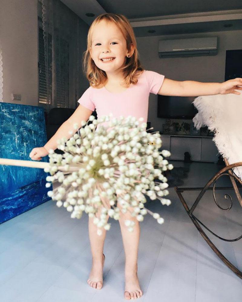 Mãe veste a filha com flores e comida usando a perspectiva forçada e conquista a internet 17