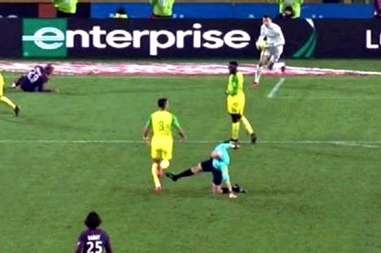 Tony Chapron caiu e, ao levantar, tentou chutar um jogador antes de expulsá-lo.