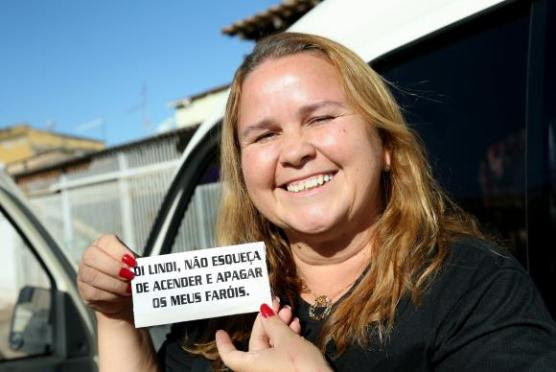 Brasília - Lindi Silva fez adesivo para lembrar de acender o farol de seu carro / Foto: Wilson Dias/Agência Brasil