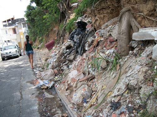 Ponto viciado de descarte de lixo e entulho