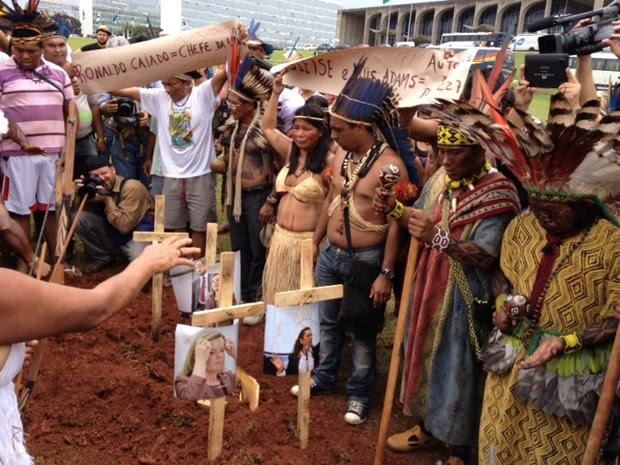 Índios fazem enterro simbólico de ministros e deputados (Foto: Fabiano Costa/G1)