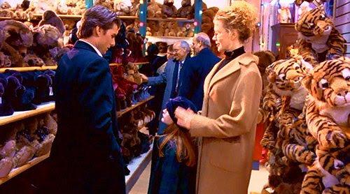 Una fila completa de este juguete es en la tienda donde las tiendas de Helena en la escena final de la película.