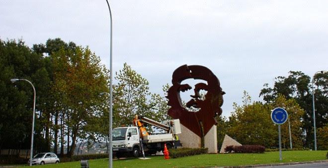 Estatua del Ché Guevara en la Avenida que lleva su nombre en Oleiros. JUAN OLIVER