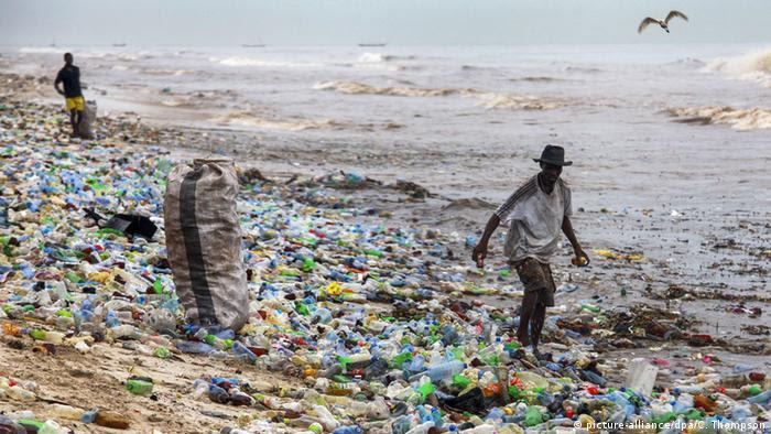 Grande parte do lixo plástico volta às costas, como nessa praia de Gana