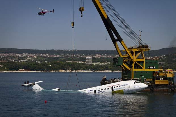 Avião foi submerso nesta quarta no mar Negro, em Varna. (Foto: AP)