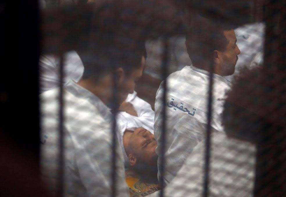 Réus acusados pelo envolvimento no assassinato do procurador-geral do Egito, Hisham Barakat, em cela no tribunal (Foto: REUTERS/Amr Abdallah Dalsh)
