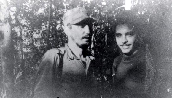 Fidel junto a Frank País, durante la primera reunión de la Dirección Nacional del Movimiento 26 de Julio, en la Finca de Epifanio Díaz campesino colaborador del Ejército Rebelde, 17 de febrero de 1957. Foto: Oficina de Asuntos Históricos del Consejo de Estado/ Sitio Fidel Soldado de las Ideas