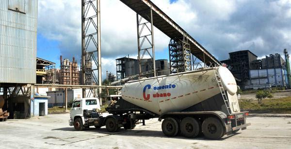 Labores de traslado de cemento por vía de ferro silos, en la Empresa Cementos Cienfuegos S.A., industria que goza de un prestigio nacional e internacional por la calidad de sus productos, y fue inaugurada por el Comandante en Jefe Fidel Castro Ruz, con el nombre de Karl Marx, el 29 de mayo de 1980 y surge como empresa mixta el 1ro. de junio de 2001, en la provincia Cienfuegos, Cuba, 29 de noviembre de 2017. ACN FOTO/Modesto GUTIÉRREZ CABO