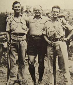 Al centro Yitzhak Sadeh, capo dell'Haganah. A sinistra Moshe Dayan, a destra Ygal Allon.